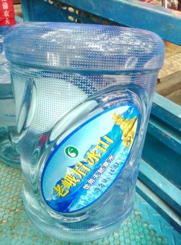眉山桶装水配送专业人员送水到家