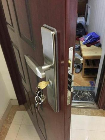 钥匙忘带怎么来开锁的呢