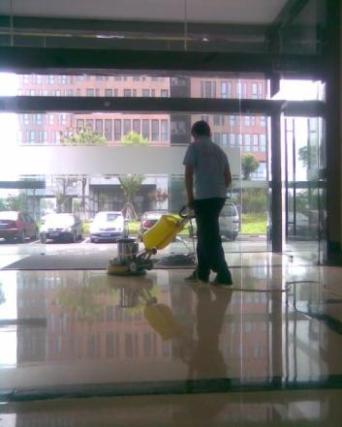 珠海高空玻璃清洗 玻璃吐黄的解决方法