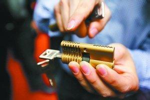 门里面插着钥匙常州开锁公司能开吗