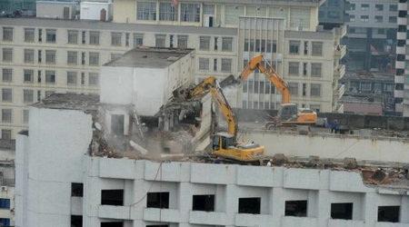 挖掘机上楼拆除法