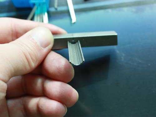 锡纸开锁方法