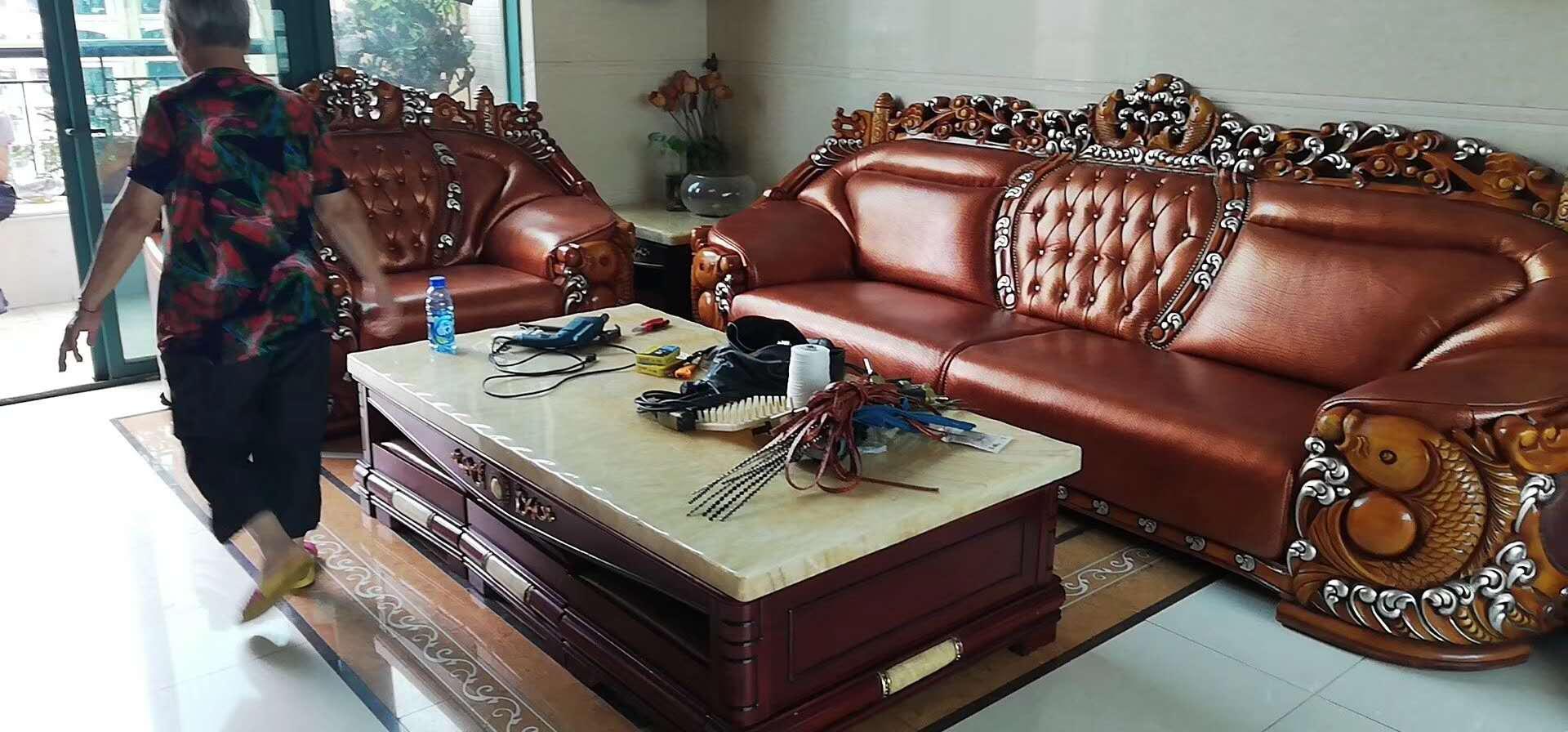 简单的翻新木质沙发上的伤痕和划痕