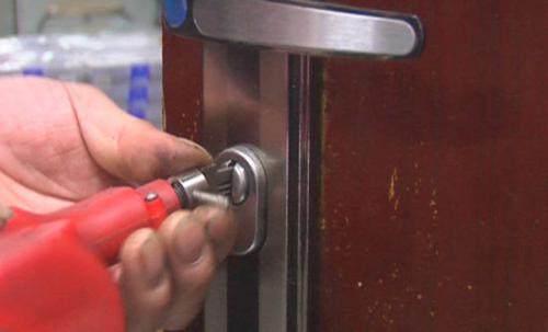 开锁时钥匙断在锁里的解决方法