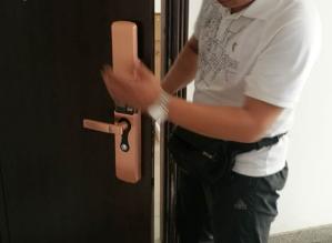 玛沁附近开锁公司:怎么拆装防盗门