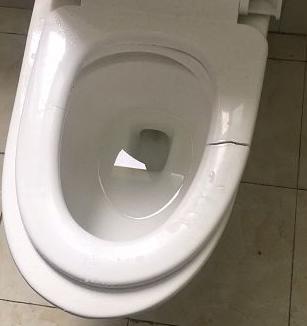 马桶盖的坐圈开裂了怎么办?马桶维修多少钱?