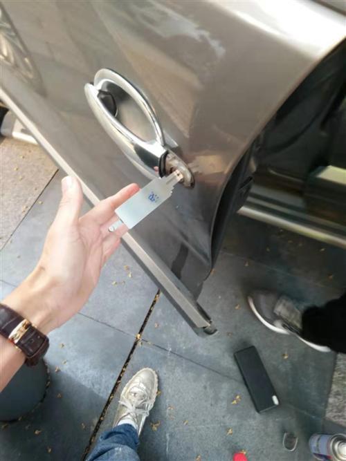 汽车钥匙被锁在车内了该怎么办