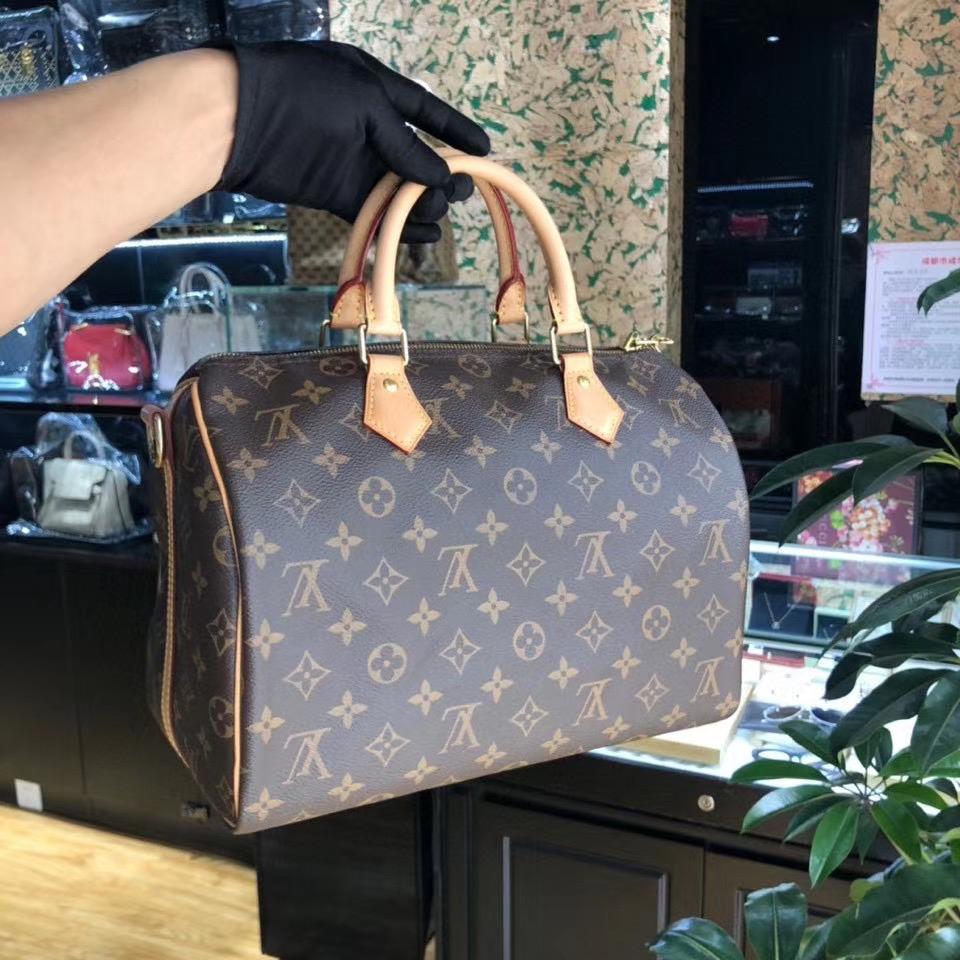 通过奢侈品包包的里料和五金配件也能鉴定真假