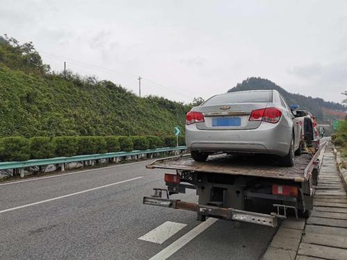 车辆爆胎如何紧急处理等待道路救援