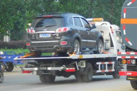 汽车行驶中突然熄火求助拖车