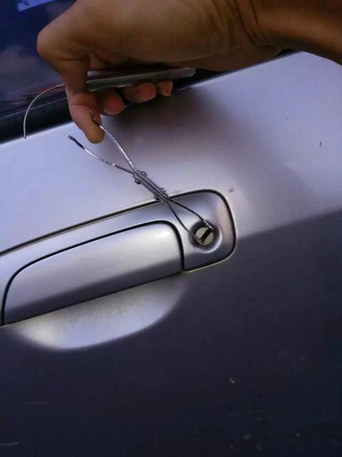 汽车要让专业人士想办法开锁