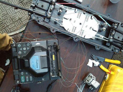 光缆熔接时光纤涂面层的剥除技巧