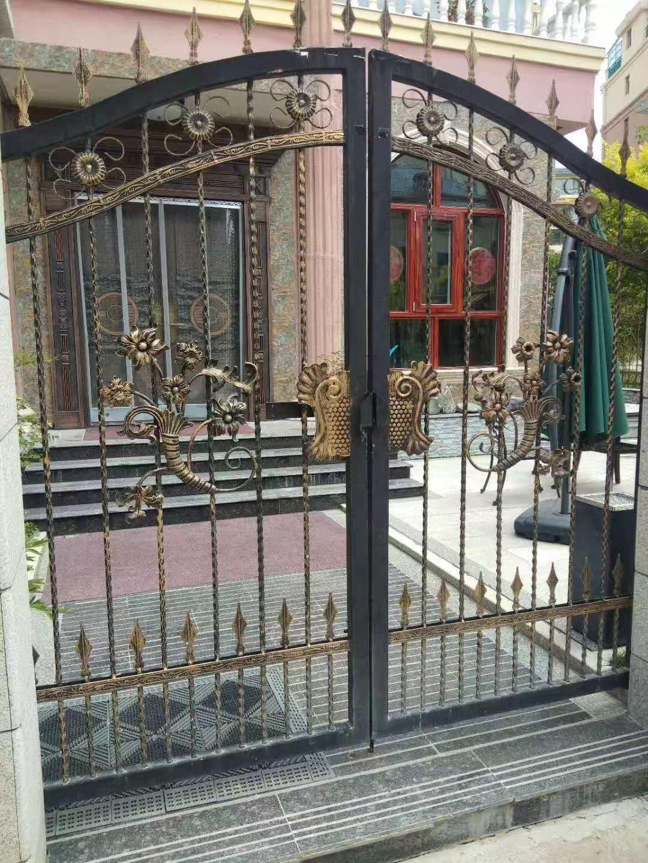 西宁铝艺和西宁铁艺别墅大门对比